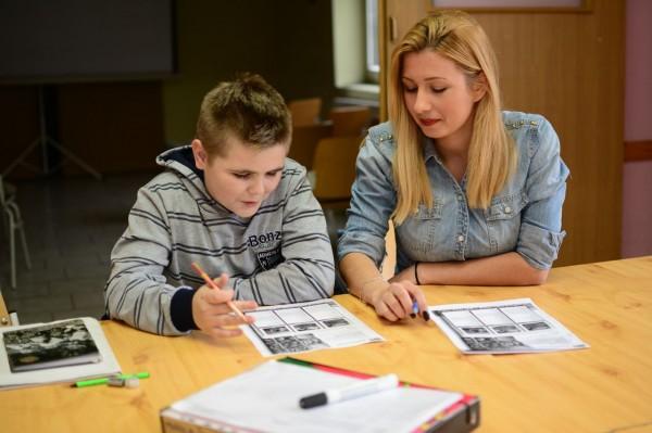 Volontär undervisar i engelska på Agora center foto: Ermin Selimović