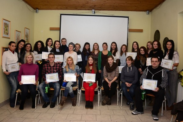 Volontärer med diplom på Agora center. Foto: Ermin Selimović