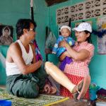 En familj som får bostad på YCOWA efter en olycka med det företag de tidigare arbetade på. Mae Sot, Thailand. Foto: Sara Kollberg