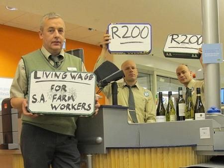 Svenska anställda på Systembolaget som stödjer de sydafrikanska arbetarnas krav på högre lön. Från vänster: Jarl Keber, Mikael Demitr Lindegren och Emil Boss.