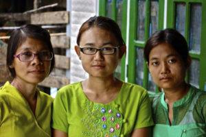 Mu Sel, Yunge och Yin Myo Hlaing utanför centret i Rangoon. Foto: John Runeson