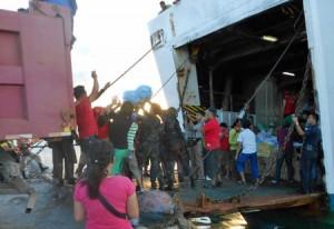 ACF:s volontärer i färd med att lasta av ett skepp med hjälpförsändelser till Guiuan i Östra Samar.