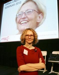 Radmila Sekerinska vid Anna Lindh-seminariet i juni 2013.