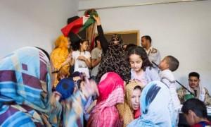 Människorättskämpen Ahmed Nassiris hem, med den västsahariska flaggan. Foto: Ola Kjelbye