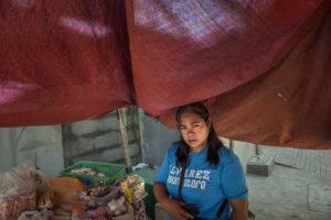 Tess driver en butik utanför skofabriken Kentex. Foto: Stefan Lindberg