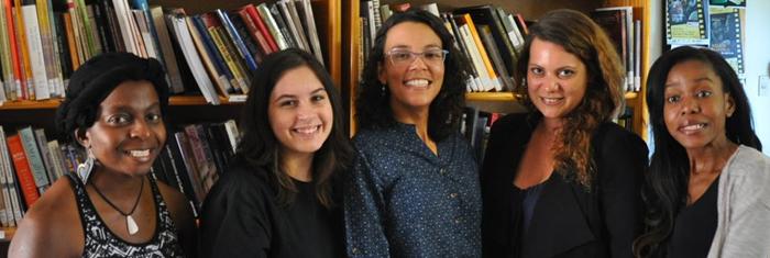 Några av aktivisterna i Sister Namibia med Vida de Voss i mitten och Innocentia Gaoes, mediaansvarig, längst till höger, samlade i organisationens bibliotek med över 2 000 böcker som kvinnor får komma och låna. Foto: Simon Andersson