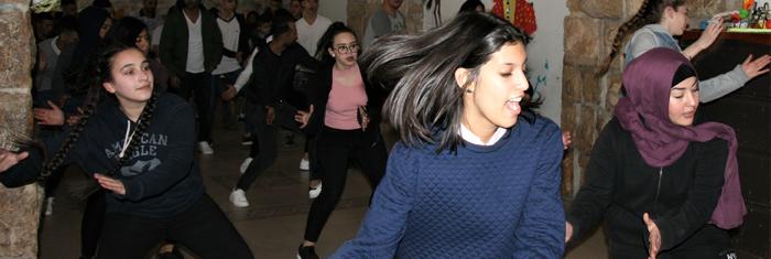 Dans är en av de mest populära aktiviteterna i ungdomsföreningen. Men lokalerna är slitna och skulle behöva rustas upp, vilket de israeliska myndigheterna inte tillåter. Foto: Björn Lindh.